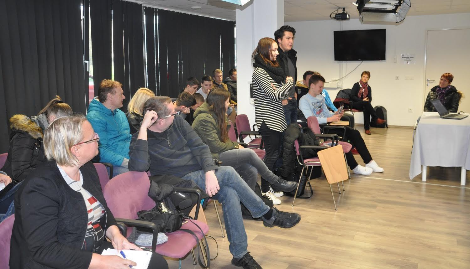 Dijaka Rok in Anja iz Srednje ekonomske in računalniške šole sta zbranim predstavila svoje mnenje o slišanem.