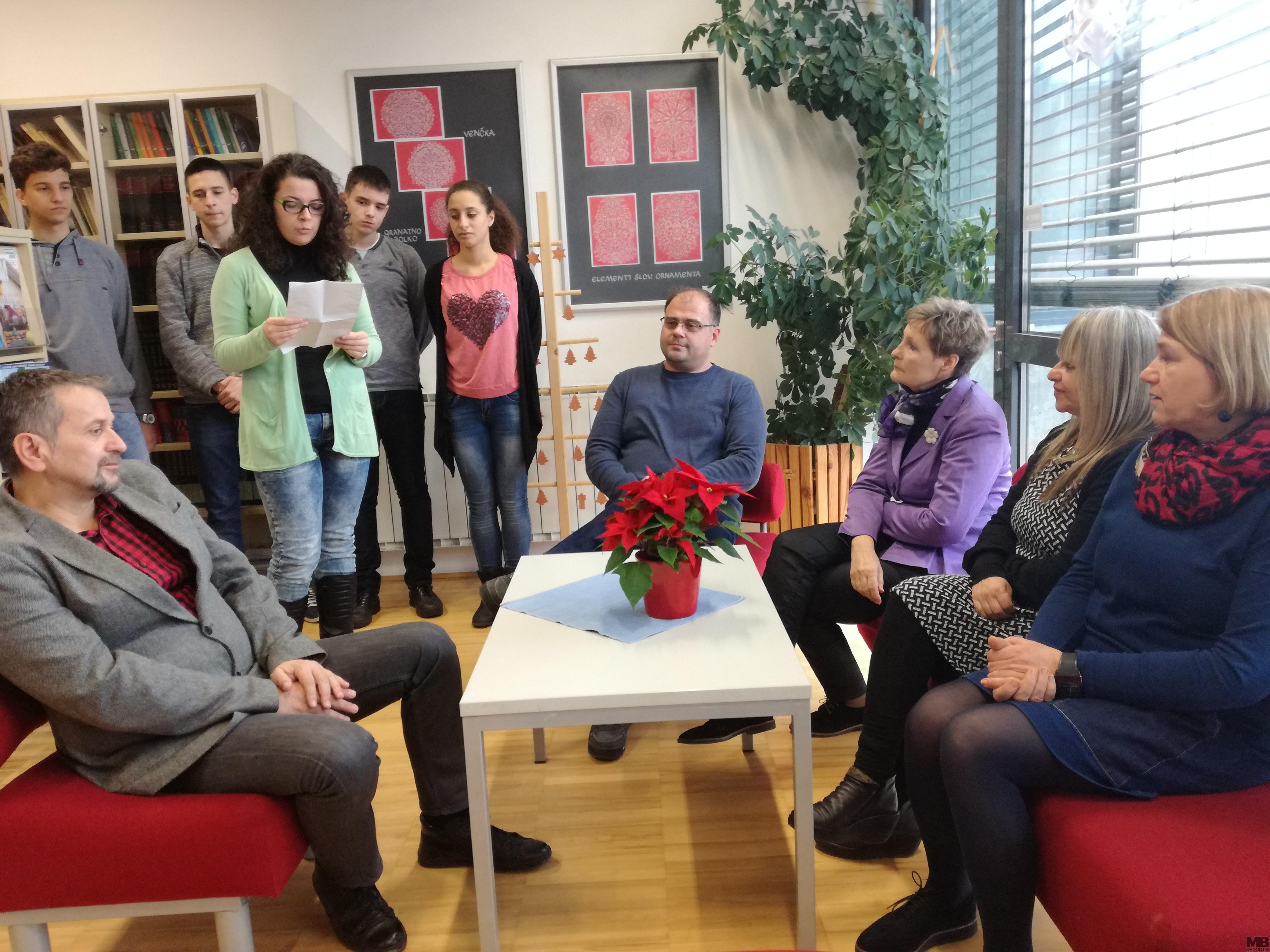 Gostujoča dijakinja Žana Marijana Prokić je zbranim prebrala svojo pesem, ki jo je napisala v času obiska v Mariboru.