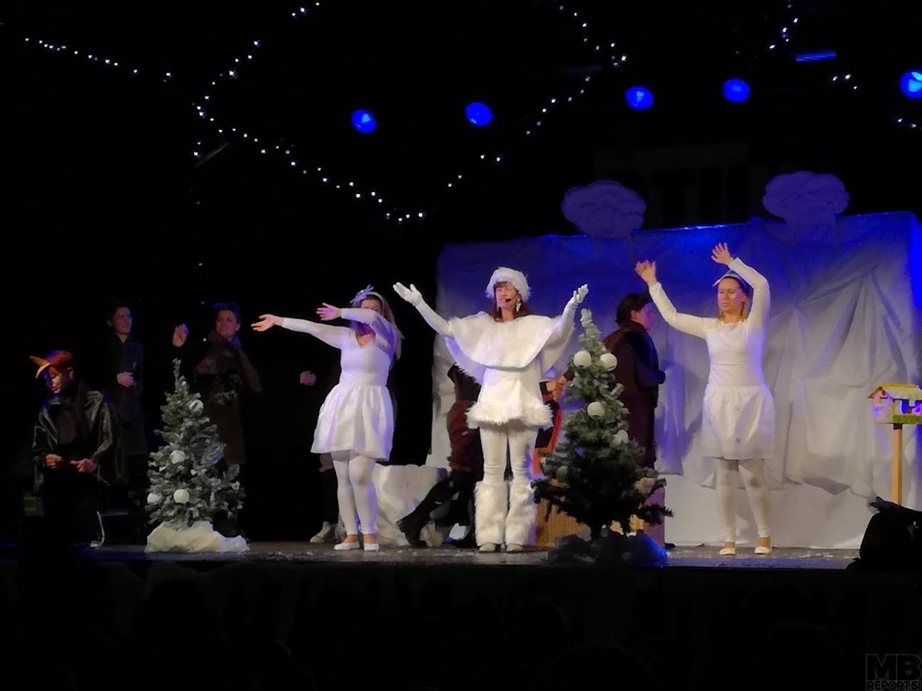 Babica Zima in snežinke so zaplesale in zapele.