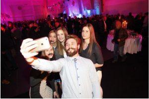 Filip Flisar ujet med nastajanjem selfija z dekleti. Foto: MP Produkcija