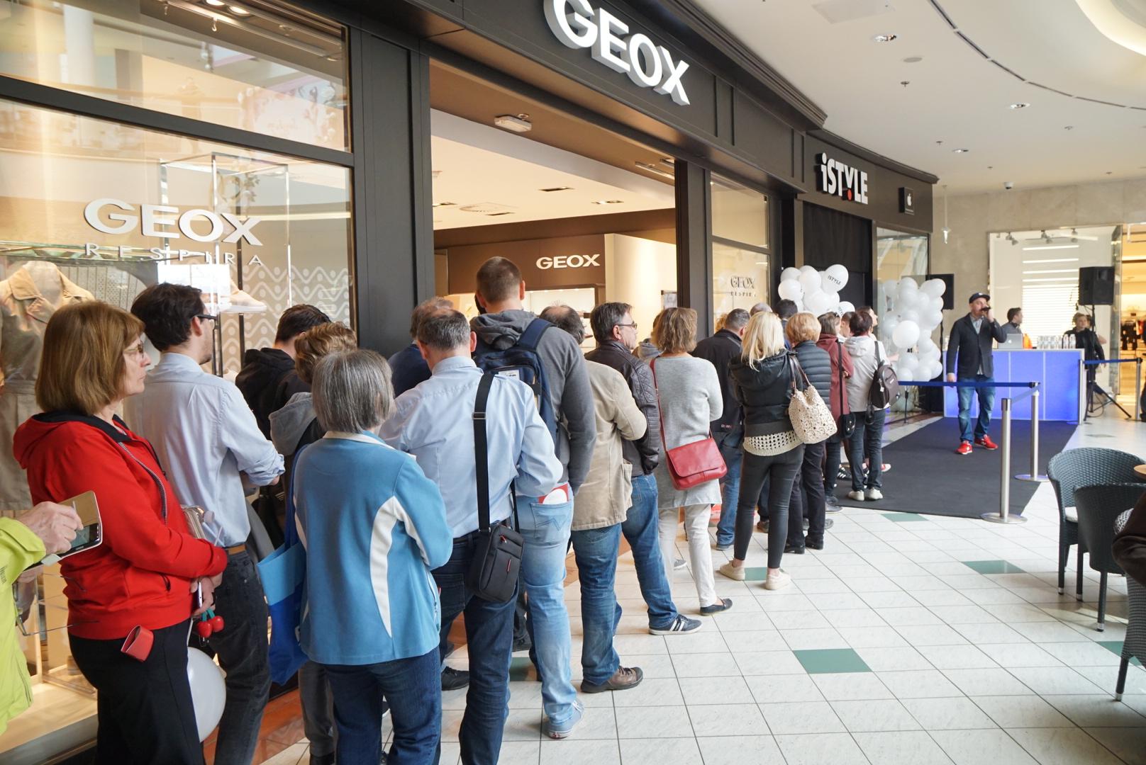 Množica je nestrpno čakala na odprtje iStyle prodajalne.