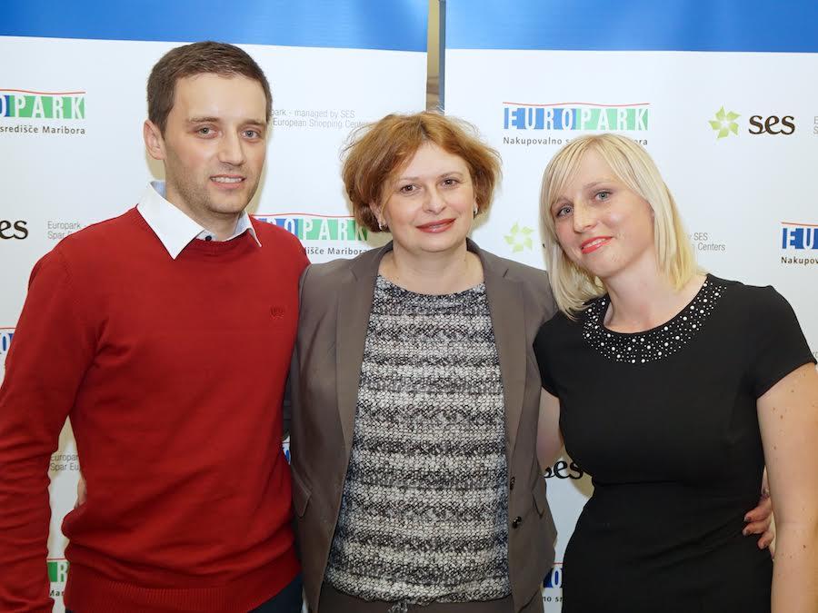 Center managerka Europarka Simona Mandl v družbi zmagovalnega para Europarkove sanjske poroke, Borisa Grubarja in Tadeje Ornik.